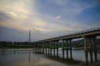 桥梁与云层下的信号塔
