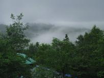 山间流淌的云雾