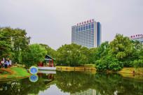 万泉公园的湖长亭与建筑