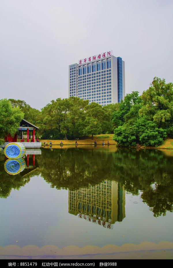万泉公园的湖长亭与建筑水影图片