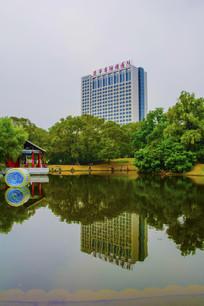万泉公园的湖长亭与建筑水影