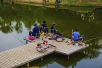 万泉公园的湖上垂钓台