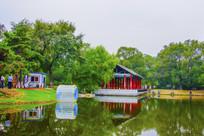 万泉公园的湖与长亭