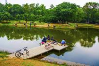 万泉公园的湖与垂钓台