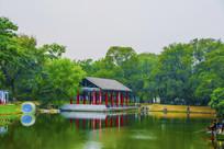 万泉公园的湖与湖上长亭