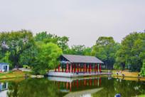 万泉公园的湖与水上长亭