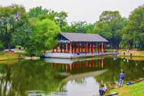 万泉公园的湖与水上长亭水影