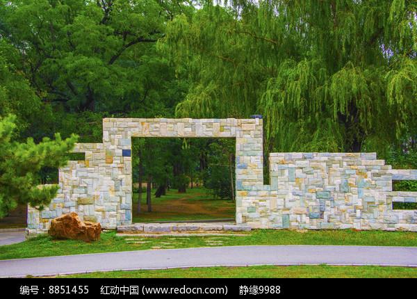 万泉公园广场装饰墙门与树木图片