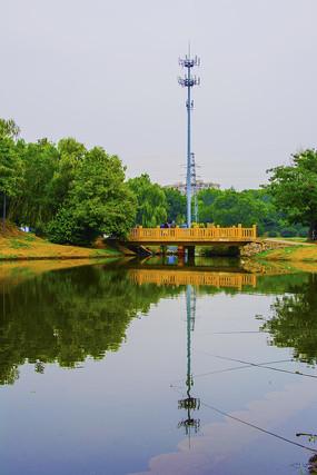 万泉公园湖上石桥与铁塔