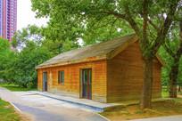 万泉公园木板墙房与树木