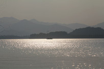 波光粼粼的西湖水面