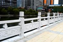 河边的护栏