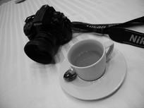 数码相机和咖啡杯