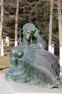 半裸的少女铜雕像