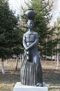 顶坛坛子的朝鲜族少女雕像