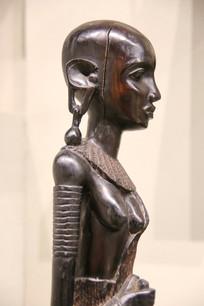 非洲木雕戴耳环的少女