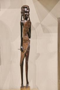 非洲木雕拿矛盾的长腿少女
