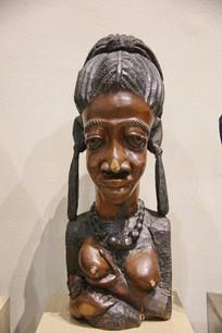 非洲木雕喂奶的妇女