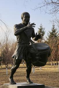 铜雕弹鼓的老人