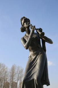 铜雕雕吹唢呐的女女孩