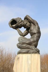 铜雕沐浴的少女