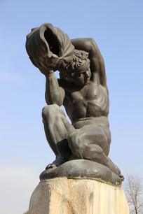 铜雕沐浴的少女雕像