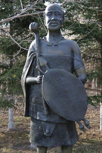 铜雕执矛盾的非洲老人