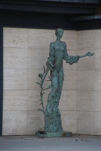 外国少女雕像