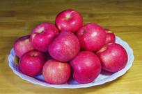 一盘红富士苹果