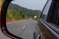 后视镜中乡村路