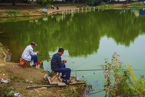 万泉公园的湖与垂钓的人
