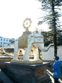 阳光透过白象背上的法轮