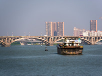 船只与东江大桥