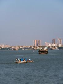 东江大桥与两艘船