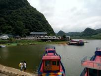 红枫湖景区的游客和轮船