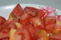 还没煮熟的番茄
