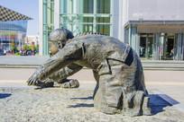 沈阳中街跪着的小男孩雕塑