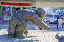 沈阳中街湾腰的小男孩雕塑