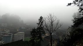 雨雾天气的胜利侗寨
