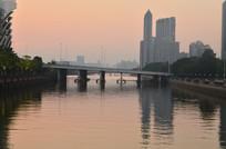 傍晚的江河桥梁建筑风光