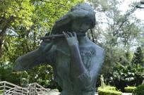 吹笛子的美女雕塑特写