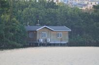 湖边的小木屋