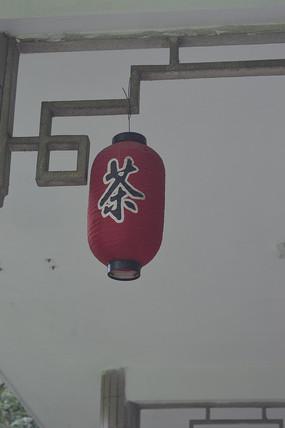 凉亭壁上悬挂的红灯笼