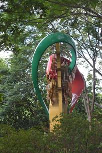 树木掩映中的心形雕塑