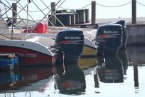 停靠在码头快艇的发动机特写