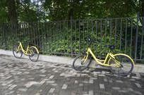 防护栏旁边的两台单车
