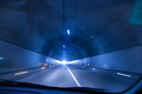 车在高速隧道