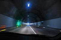 车在隧道开