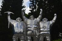 登山运动员振臂庆贺雕塑特写