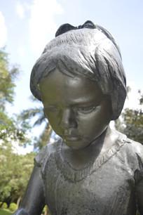 低头的女孩雕塑特写